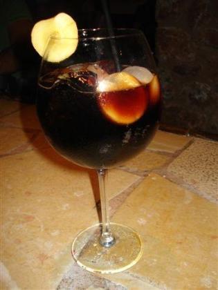 Cokiacola, un cóctel elaborado a base de licores típicos de Mallorca, como el palo.