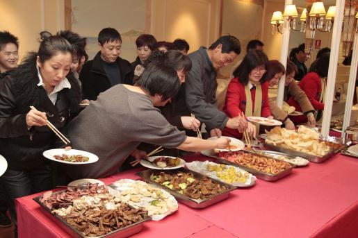 La colonia china disfrutó de una rica cena de Año Nuevo en la que se combinó su gastronomía con la de Mallorca.
