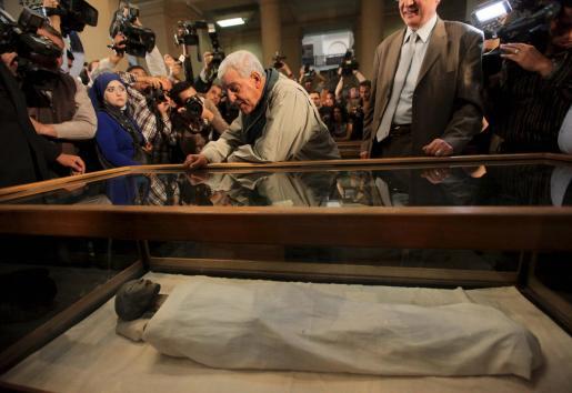 El secretario general del Consejo Supremo de Antigüedades de Egipto, Zahi Hawass, contempla la momia de la Reina Tiye, madre del faraón Akenatón y abuela de Tutankamón.