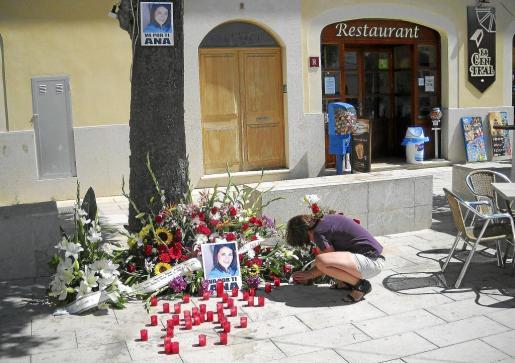 Los amigos de Ana Niculai colocaron flores, fotos y encendieron velas en su recuerdo.