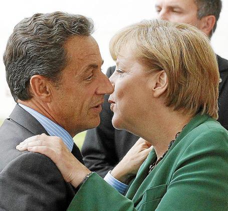 Merkel recibe a Sarkozy en la Cancillería.