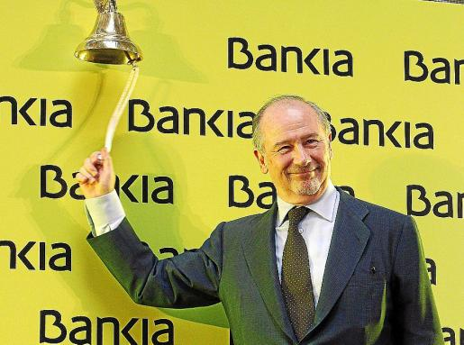 El presidente de Bankia, Rodrigo Rato, da el tradicional toque de campana.