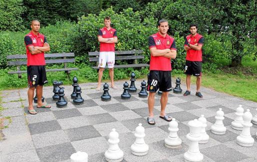 Zuiverloon, Calatayud, Hemed y Cáceres posan en un tablero de ajedrez gigante en las inmediaciones del hotel de concentración.
