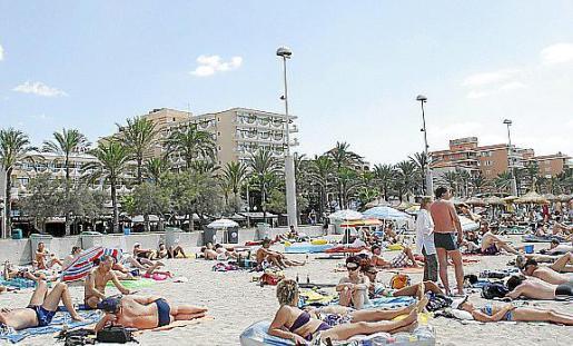 Las caractertísticas de la Playa de Palma son 50 metros de ancho; 4.600 metros de longitud; grado de ocupación medio. Servicios: Duchas, lavabos, pasarela para discapacitados, zona deportiva, pasarela discapacitados.