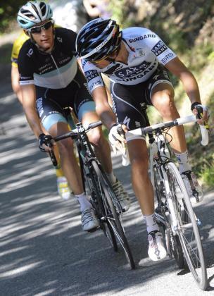 El corredor español del Saxo Bank Alberto Contador (dcha) rueda delante del luxemburgués del Leopard-Trek, Andy Schleck, durante la decimoséptima etapa del Tour de Francia disputada entre Gap y Pinerolo, Italia, el 20 de julio de 2011.
