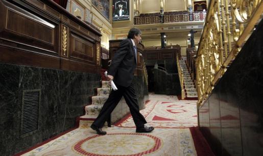 """MD22. MADRID, 21/07/2011.- El ministro de Trabajo, Valeriano Gómez, se dirige a la tribuna de oradores, durante el Pleno del Congreso, donde se votan hoy las enmiendas introducidas en el Senado al proyecto de ley de """"actualización, adecuación y modernización del sistema de Seguridad Social"""", que será aprobado definitivamente y que eleva a 67 años la edad legal de jubilación. EFE/JuanJo Martin PLENO CONGRESO"""
