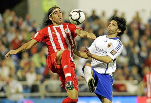 'Chico' trata de controlar un balón ante la presencia del jugador del Zaragoza, Lafita.