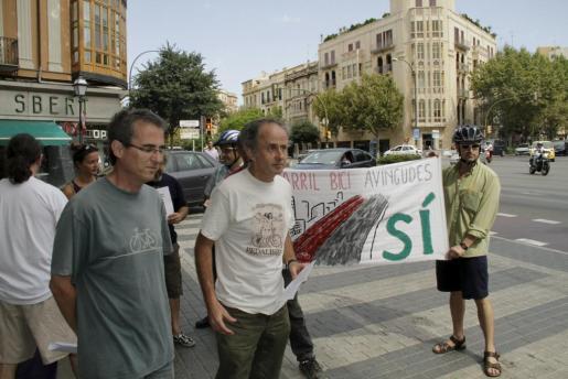 El movimiento de ciclistas Massa Crítica defiende el actual carril bici de las Avenidas.