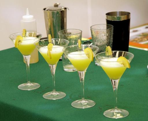 Los participantes muestran su buen gusto a la hora de presentar los cócteles.