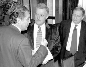 Felipe Alcaraz (d), de IU, José Núñez (c), del Grupo Mixto, y Diego López Garrido, del PSOE.