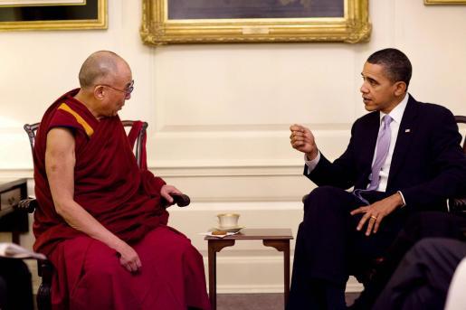El presidente de Estados Unidos, Barack Obama (d), conversa con el líder espiritual tibetano, el Dalai Lama (i), durante la reunión que mantuvieron ayer.