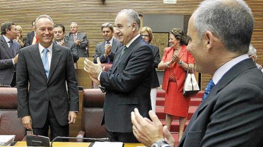 Los diputados 'populares' ovacionan en pie al nuevo presidente tras realizarse la votación.