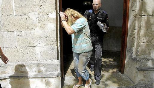 La mujer detenida, ayer al ser trasladada a la prisión desde los juzgados. FOTO: A. SEPÚLVEDA