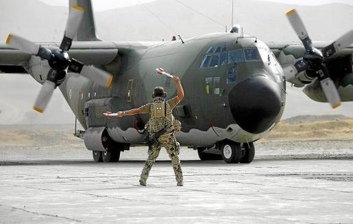 AF1 FEYZABAD (AFGANISTÀN) 26/7/2011 .- Una imagen de archivo fechada el 7 de octubre de 2008 en la que aparece un soldado alemán moviendo sus manos en el aterrizaje de un avión portugués C130 Hercules llegando al aeropuerto de Bundeswehr en Feyzabad, Afganistán. De acuerdo a reportes locales del 26 de julio de 2011, un avión C-130 se estrelló con 70 personas. Cinco personas resultaron seriamente heridas y otros 30 están desaparecidas, luego del accidente cerca de Guelmim, en Marruecos. Se cree que e