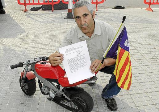 Chicho Lorenzo, con la carta enviada a los medios y la bandera de Balears. FOTO: JOAN TORRES