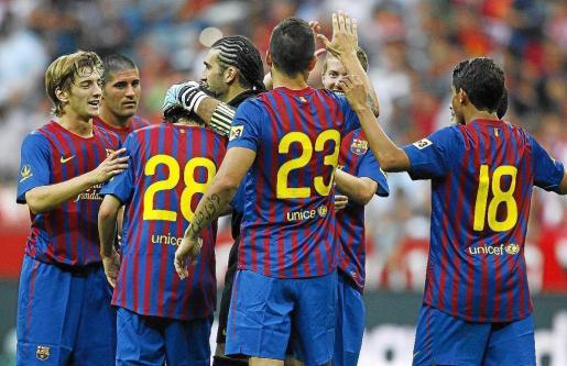 Carlos Carmona, segundo por la izquierda, celebra con sus compañeros el segundo gol de los azulgranas.