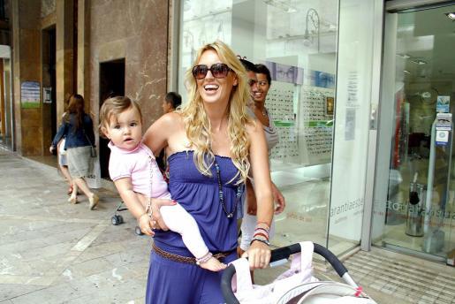 Carolina Cerezuela, con la pequeña Carla.