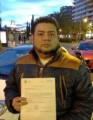 Leonardo Jaramillo, con la multa que le ha llegado.