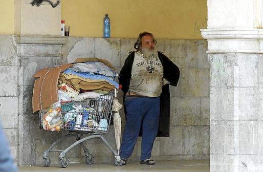 El indigente instalado en el Mercat de l'Olivar, en una imagen reciente.