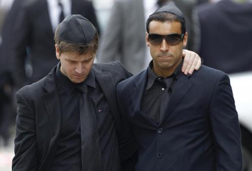 Los dos humoristas se hicieron pasar por amigos de la cantante británica para colarse en su entierro.