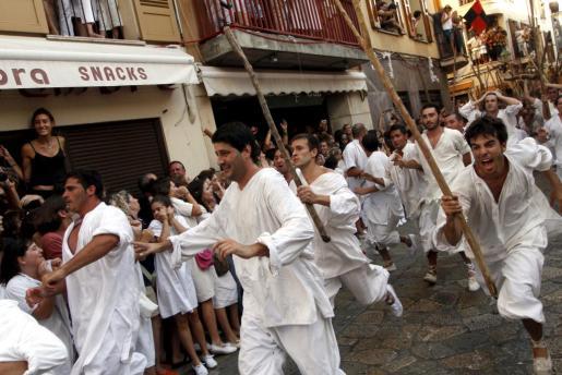Los cristianos se dirigen al encuentro de los invasores piratas.