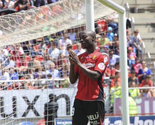 El delantero camerunés, Pierre Webó, durante un partido en el Iberostar Estadio.