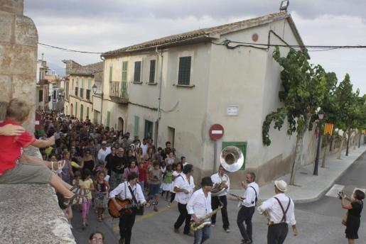 Los Wonderbras iniciaron la fiesta y recorrieron el pueblo con su divertida música.