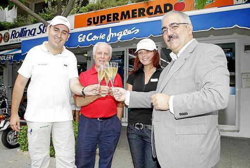 Iván del Puerto, Antonio Arrom, Iva Safrankova y Luis Molina, frente al supermercado de El Corte Inglés recién inaugurado en el Club de Mar.