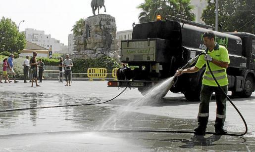 Un trabajador de Emaya baldeando la plaza de España.