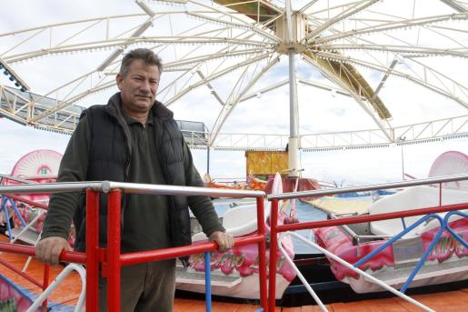 José Barranco, vicepresidente de la asociación de feriantes, ultimando el montaje de las atracciones.