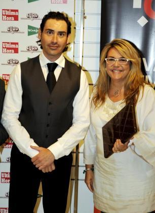 Andreu Genestar se ha hecho con el primer premio en la categoría Cóctel Libre con su creación 'Summer Time Cocktail'. En la foto, con Fina Costa, directora del Club del Suscriptor de Ultima Hora.