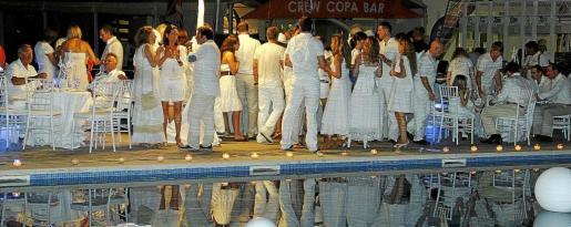 Momento de la velada de anoche, alrededor de la piscina del Real Club Náutico de Palma donde se instalaron mesas, velas y una elegante decoración.