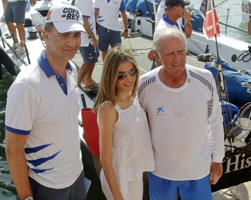 """Los Príncipes de Asturias felicitan al armador José Cusi tras la victoria del """"Bribón"""" en la 30 edición de la Copa del Rey de Vela."""