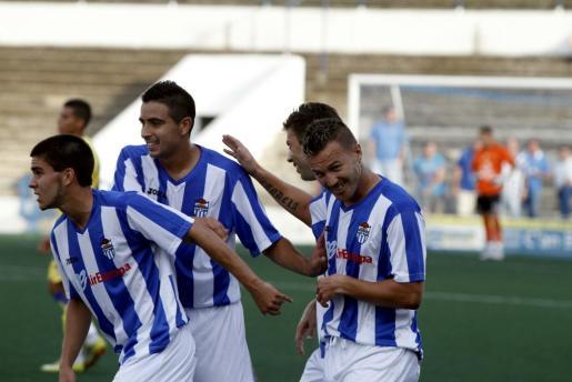Antoñito celebra el primer gol del Atlètic Balears.