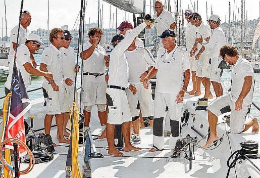 El histórico armador del 'Bribón', cumpliendo con la tradición, se tiró al mar para celebrar una despedida a lo grande del barco, que conquistó su sexta Copa del Rey de vela el año de su adiós.