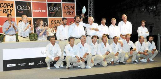 El «Bribón» se despide con la conquista de su sexta Copa del Rey. En la imagen, la tripulación posa con el trofeo, que sostiene el armador José Cusí y que se lo dedica a Don Juan Carlos, su histórico patrón.