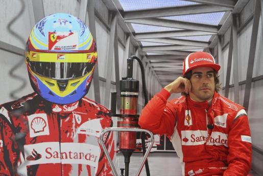 El piloto español de Fórmula Uno de la escudería italiana Ferrari, Fernando Alonso, permanece en el taller del equipo durante los primeros entrenamientos libres del Gran Premio de Gran Bretaña.