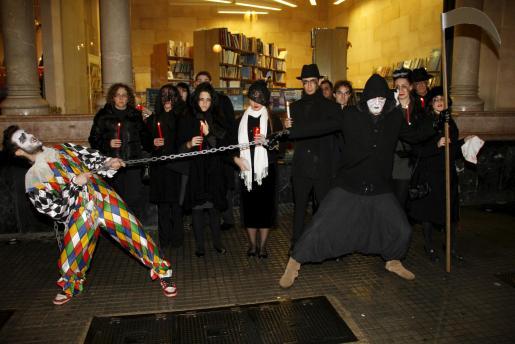 Los intérpretes ofrecieron una representación de la 'muerte' de la ópera frente al teatro.