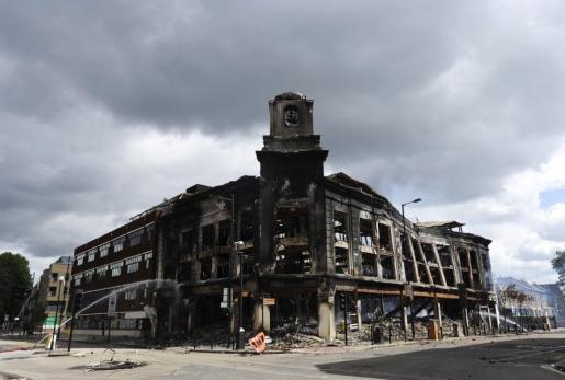 Aspecto que presenta uno de los edificios quemados durante los graves disturbios ocurridos esta madrugada en el norte de Londres.