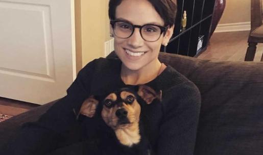 La patinadora canadiense posa sonriente con Mootae, el perro que rescató de la industria alimenticia.
