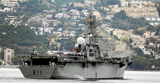 Imagen de archivo del portaaviones 'Príncipe de Asturias' frente a la costa de Málaga durante los preparativos del Día de las Fuerzas Armadas.