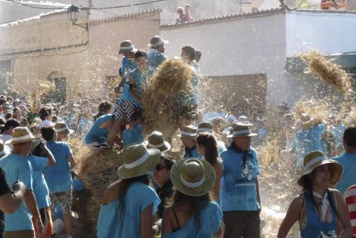 Los participantes se sumieron ayer en una gran batalla en la Plaça Nova después de ir a buscar las balas de paja hasta la finca de Es Cos.