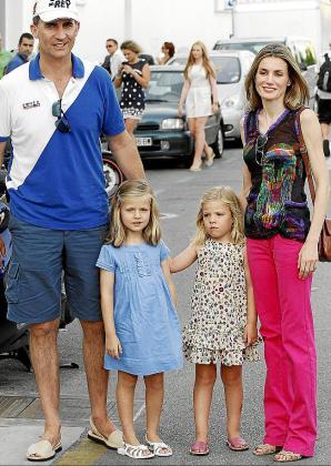 Los príncipes Felipe y Letizia posaron con las infantas Leonor y Sofía.