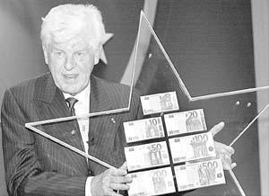 Wim Duisenberg porta en sus manos los nuevos billetes de euro, ayer en Frankfurt.