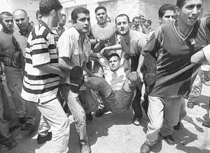 Un palestino gravemente herido es trasladado a un hospital de emergencia en Beit Jala.