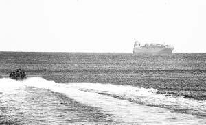 Una de las lanchas con soldados de elite de la SAS, dirigiéndose hacia el carguero.
