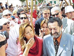 A Maria Antónia Munar y al alcalde Miquel Julià no les quedó más remedio que pasar por debajo del palio. Foto: JAUME MOREY