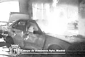 La explosión originó un incendio que afectó a más de cien vehículos.
