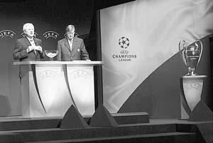El ejecutivo de la UEFA Jean Fourney y el secretario general, Gerhard Aigner.
