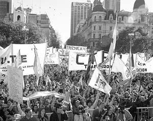 Miles de profesores se manifestaron ayer contra los recortes salariales en Buenos Aires.